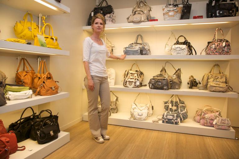 referentie_edisac_handtassen-beveiliging-dame-in-winkel